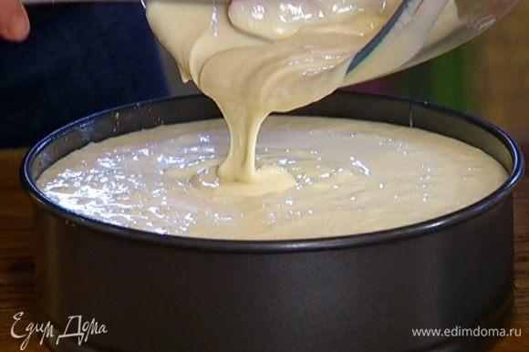 Вылить сырную массу на корж из печенья.
