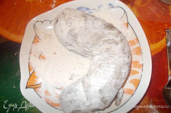 Муку смешать с солью,мускатным орехом и свежемолотым перцем и присыпать свинину со всех сторон.