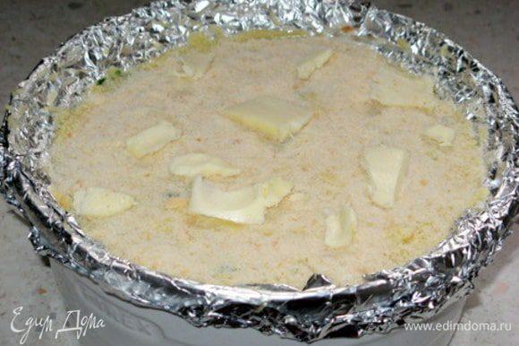 Присыпать сверху панировочными сухарями и покрошить сливочное масло.Запекать при 190° около 35-40 минут.Готовое гато слегка остудить, украсить по желанию.Я накрутила розочки из ветчины.Подать слегка охлаждённым
