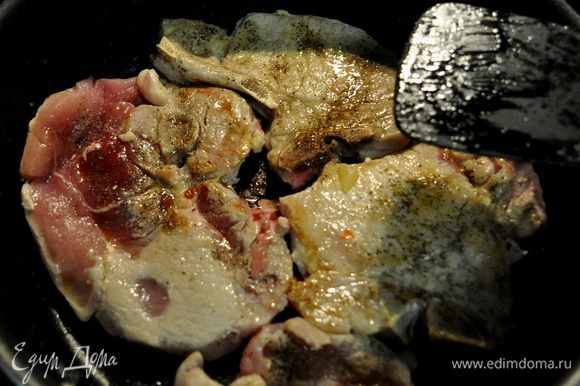 В др.сковороде разогреем олив.масло и выложим свиные отбивные,обжаривая их до готовности.