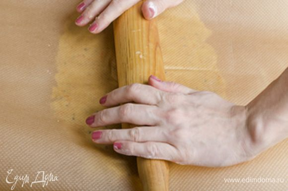 Присыпаем мукой лист бумаги для выпечки,выкладываем поверх тесто и присыпаем его мукой,сверху накрываем еще одним листом бумаги для выпечки и раскатываем тесто скалкой в пласт толщиной 5-7 мм. Отправляем тесто в листах бумаги в холод на 10-15 минут. Пока тесто охлаждается разогреваем духовку до 190 градусов.