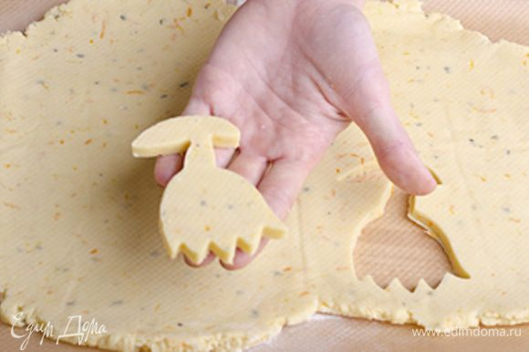 Вырезаем из теста печенье при помощи формочек. Обрезки теста снова раскатываем, охлаждаем и вырезаем следующйю партию печений.