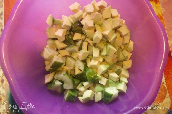 Авокадо и огурцы нарезать кубиками.