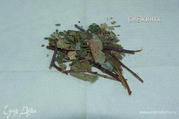 Люблю сушить вишню, именно ветви с листочками. Лучше их нарезать еще летом, когда листочки зеленые, а не старые, темные.