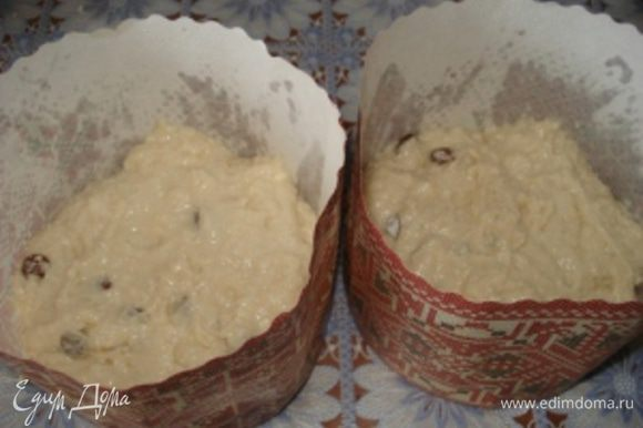 Выложить тесто в подготовленные формы и поставить в теплое место на 30 минут, чтобы тесто немного подошло.