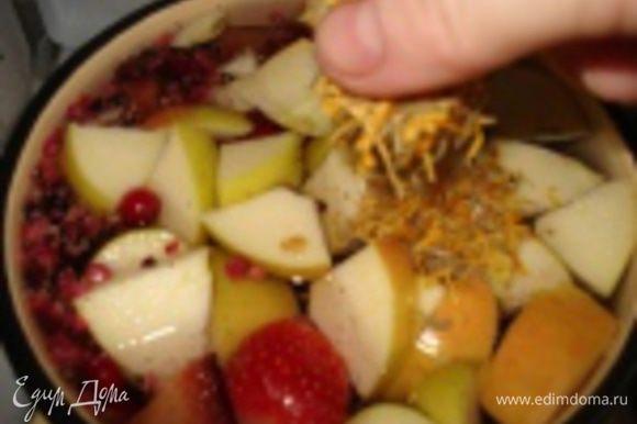 В кастрюлю налить холодную некипяченную, но провильтрованную воду. Поставить на средний огонь. У яблока удалить сердцевину и нарезать на средние кусочки. Добавить ягоды, травы и перемешать.