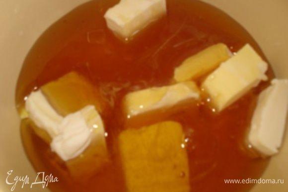 Масло нарезать кусочками, выложить в чашку, добавить мед и на медленном огне растопить масло с медом.