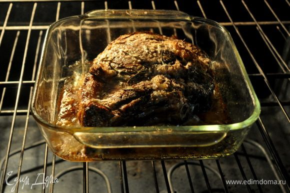 Подготовить духовку разогрев до 230гр.Если кусок большой положить его на противень- костью лицом к двери и готовить примерно при этой тем-ре 20мин.
