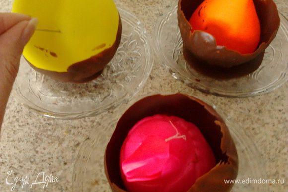 достать шарики с морозилки и проткнуть иголкой