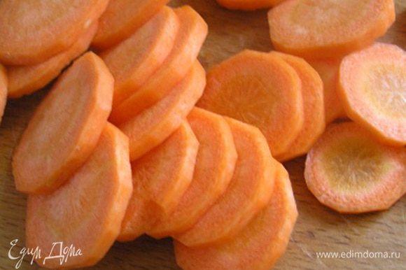 Морковь очистить, вымыть и нарезать тонкими кружками.