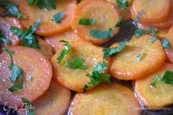 Посыпать морковь петрушкой и перемешать.