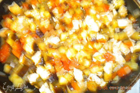 Куриное филе нарезать на кубики и обжарить на растительном масле. Туда же добавить наруезанный лук, баклажан и помидоры нарезанные такими же кубиками, как и мясо. Посолить и поперчить по вкусу.