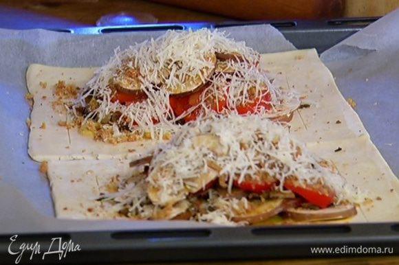Сбрызнуть оливковым маслом (примерно 1/2 ст. ложки на каждый тарт), посолить, поперчить, посыпать оставшимся пармезаном.