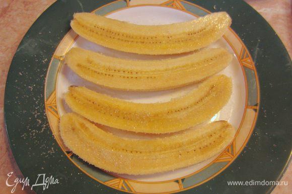 "Выложите аккуратно бананы на тарелку и посыпьте с двух сторон сахаром. Подождите пару минут, чтобы сахар ""прилип"" к кусочкам банана."