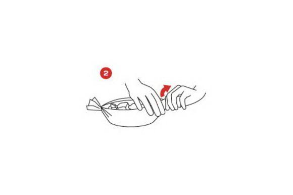 Аккуратно разверните бумагу, полейте соусом и украсьте ломтиками томатов.