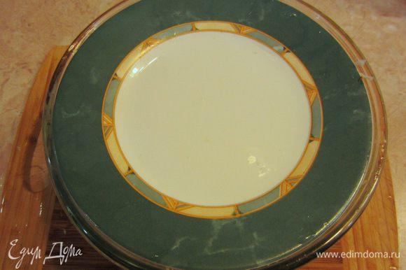 Положите капусту в соответствующую посуду. Залейте ее кипятком и накройте тарелкой, меньшей по размеру, чем емкость с посудой.