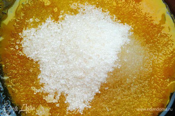 Желтки отделить от белков.Желтки взбить с оставшимся сахаром и ванильным сахаром.