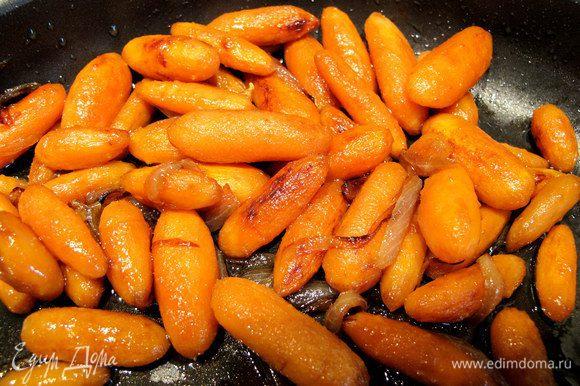 """Параллельно с котлетками приготовим гарнир. В магазине мне попалась на глаза чищенная морковка, которая называлась """"крошка-моркошка"""". Но можно взять стандартную морковку и порезать кружочками толщиной 1 см. Отварим морковку 10 минут. Лук порежем полосками и обжарим на оливковом масле. К нему добавим морковку, и тоже поджарим до золотистого цвета. Поперчим, чуть посолим и добавим соевый соус. Потушим 5 минут."""
