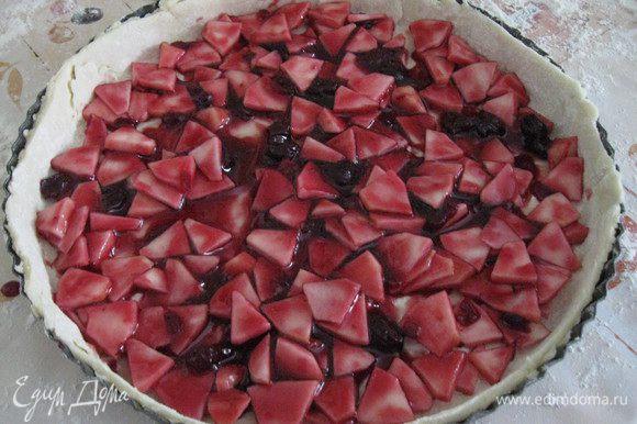 Яблоки почистить, нарезать полудольками, смешать с вареньем, выложить на тесто и разровнять.