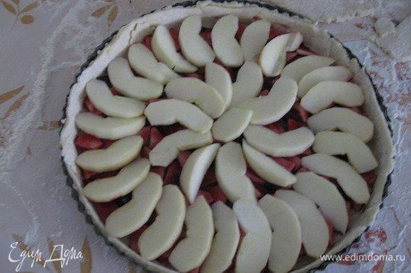 Нарезаем яблоки дольками, выкладываем по кругу