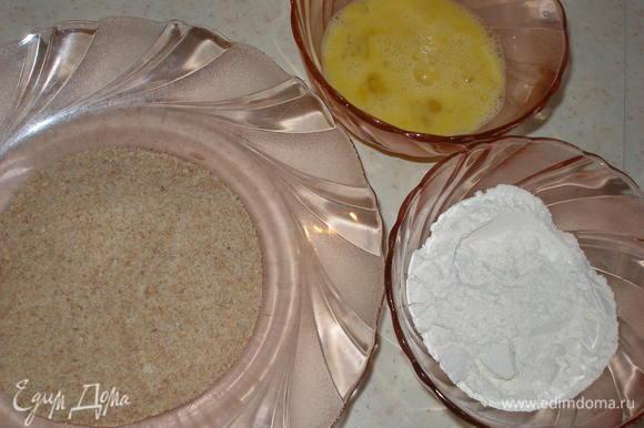 Каждый кусок обваливаем в муке, потом - в яйцо, а затем - в панировочные сухари.