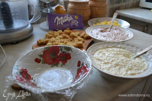 Берем любую форму или пиалу, застеляем пищевой пленкой, все ингредиенты укладываем слоями, творожную массу с кокосовой стружкой, затем немного потереть шоколада, ананас, затем бисквит, и творожная масса с шоколадом. Слои можно укладывать в произвольном порядке. Убираем в холодильник на несколько часов, затем, сверху кладет тарелку, переворачиваем, снимаем форму, и аккуратно снимаем пленку, украшаем по желанию.