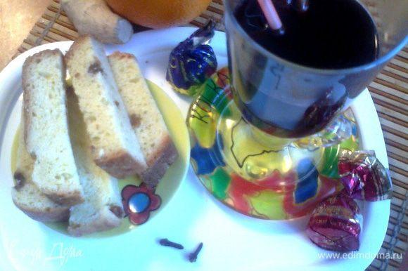 Подсохшие куличи я каждый год нарезаю на брусочки и держу в пакете.Очень вкусно с кофе и чаем,но и с горячим вином тоже оказалось необыкновенно вкусно)))Можно даже макать!