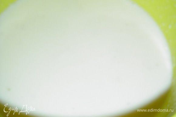 Нагреваем сливки, отделяем 50 мл и растворяем в них желатин(у меня быстрорастворимый), а затем добавляем раствор в оставшиеся сливки. Сливки с желатином делим на четыре части в соотношении - 110мл:80мл:80мл:80мл. В 80 мл горячих сливок растворяем кофе, еще в 80 мл - черный шоколад и в оставшихся 80 мл - молочный шоколад, даем остыть(по мере необходимости можно подогревать в микроволновой печи). Это кол-во предназначено на две порции, т.е. на два стакана. В стакан наливаем сливочно-желатиновый раствор на 1/3 стакана и отправляем в холодильник застывать. Я ставила стакан под наклоном, а делала это просто...в пустой стакан ставила наполненный стакан под углом. Когда желе схватиться, наливаем следующий слой -сливки с кофе, и таким же образом даем застыть. Теперь наступает очередь сливочного слоя, но в этом случае стакан не нужно наклонять, а поставить его нужно ровненько до того времени как схватится желе. А вот сверху этого слоя высыпаем немного тертого шоколада, сверху слой с молочным шоколадом...охлаждаем и снова тертый шоколад, сверху слой с черным шоколадом. Перед подачей посыпаем наше желе стружкой белого шоколада! Я так долго описывала процесс, а на деле все очень просто, но какой эффект!!!какой вкус!!! Это наслаждение для любителей шоколада!