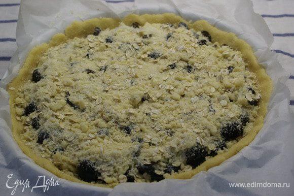 Сначало выложить сливы на тесто и сверху присыпать крошкой.