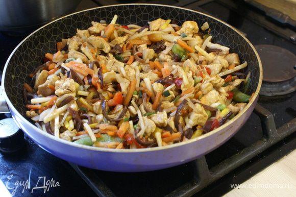 Затем добавляем китайскую смесь (или нарезаем все овощи и обжариваем их с курицей до готовности). Добавляем соевый соус (не жалеть) и тушим на среднем огне, периодически помешивая.