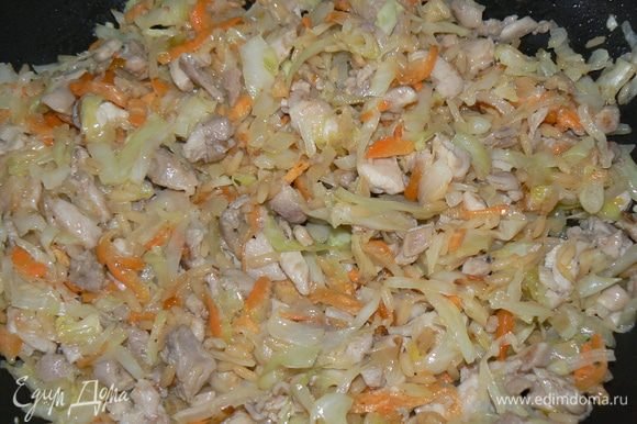 Добавить морковь и 3-4ложки готового риса. Все потушить до готовности.