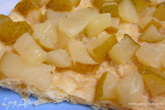 Собрать торт,промазав коржи переменно кремом и грушевой начинкой.Первый корж покрыть грушей и сироп от груш,второй слой заварной крем,затем корж с грушей,последний корж покрыть заварным кремом.Кремом смазать бока торта и присыпать крошкой из обрезков теста,поставить в холодильник на ночь.