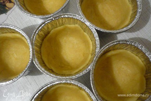 Разделить тесто на 6 частей, раскатать, разложить по формочкам. Накрыть формочки, оставить на 20 минут. Выпекать при температуре 180 гр. 15 минут.