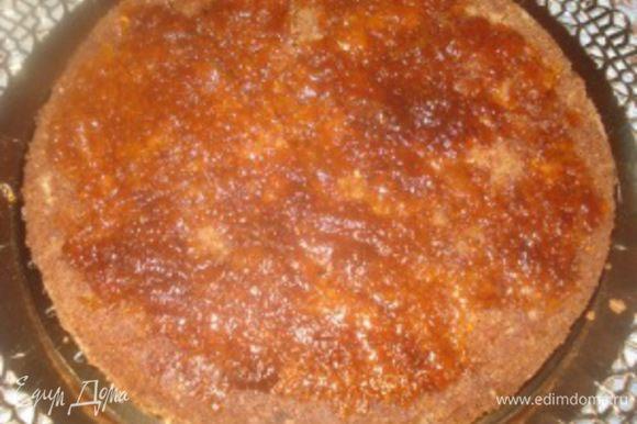 Сборка торта: Вниз укладываем кофейный корж, смазываем его повидлом.
