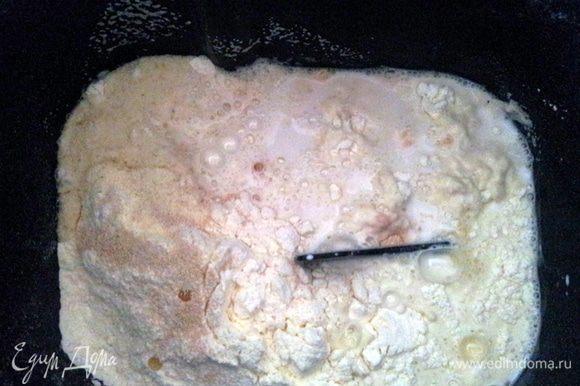 Развести дрожжи в теплом молоке, добавить воду, соль и растительное масло. Вымесить тесто, накрыть полотенцем и оставить в теплом месте на 40 минут. В этот раз, я сделала все гораздо проще, просто загрузила все ингредиенты в хлебопечку и выбрала программу для приготовления дрожжевого теста.