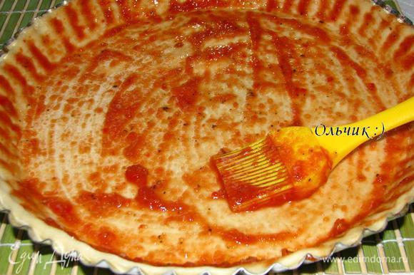 Тесто раскатываем до желаемой толщины. Выкладываем тесто в смазанную оливковым маслом форму. У меня форма рифленая, поэтому я пошла другим путем и смазала маслом тесто, что тоже замечательно сработало. При помощи кисточки смазываем тесто приготовленным соусом. Он у меня очень острый, т. к. семена из перца чили я не удаляла.