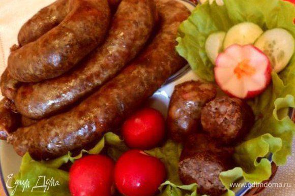 Перед подачей порезать колбасу кусочками. Подавать с горчицей и овощами.Приятного аппетита!