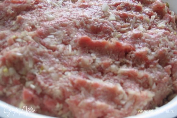 Объединить нарезанное мясо и лук, добавить растопленное сливочное масло, соль, сахар, перец и все тщательно перемешать