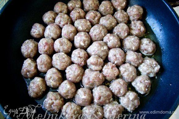Сформировать шарики размером с грецкий орех. Выложить на сковороду и обжарить на оливковом масле до золотистой корочки.