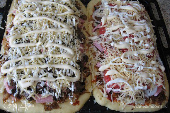 Когда подошло выкладываем начинку-тонкий слой мятой картошки (не пюре, а именно просто мятой), потом капусту и колбасу кубиками. А дальше на одну пиццу кладу грибы, на другую помидоры без кожицы и семян. Сверху и там и там тёртый сыр и майонез.