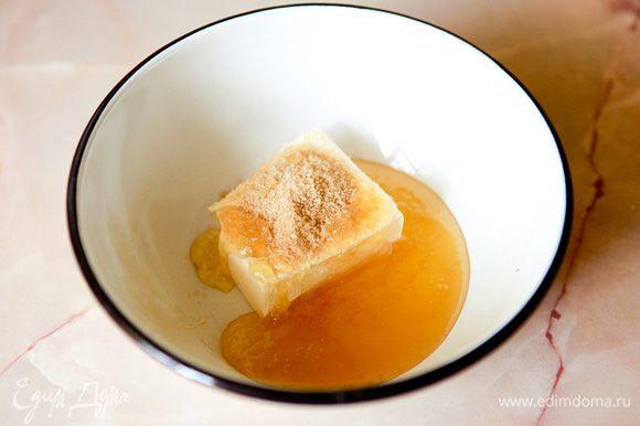 Растопить сливочное масло, мед и сахар.