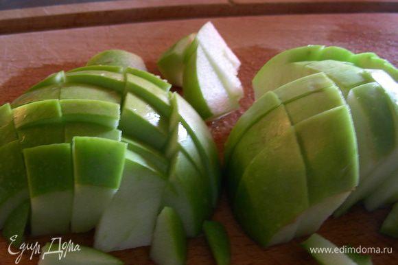 Яблоко тоже режем кубиками и добавляем в суп, вливаем сливки. Готовим еще 10 минут.