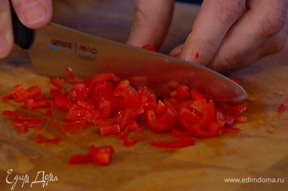 Чили, удалив семена, очень мелко порубить, добавить в тесто.