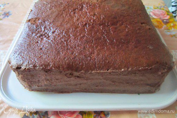 Собираем торт. Обмазываем коржи кремом (кроме верхнего). Не забываем также про бока, чтобы они хорошо пропитались.