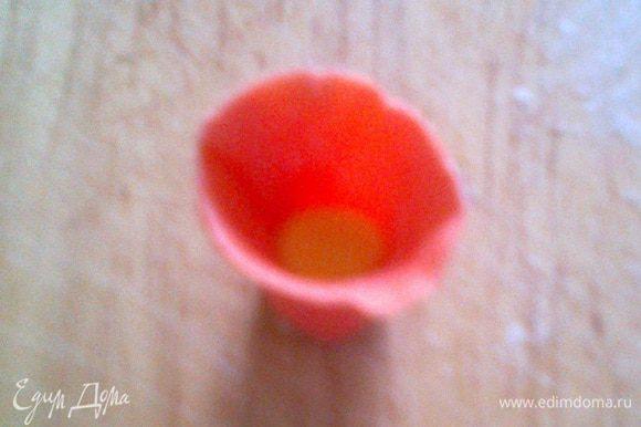 """Из желтой мастики скатать маленький шарик и смочив водой его края соединить с заготовкой № 2. Получится вот такой """"колокольчик""""."""