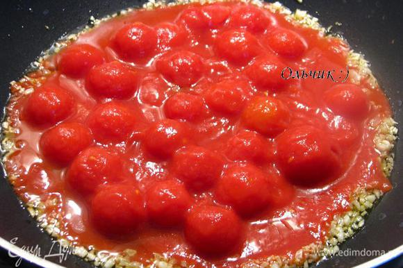 Обжариваем пол-минутки и добавляем помидорки черри в томатном соке. Добавляем рыбный соус, табаско, перец, имбирь, соль, тушим на небольшом огне еще пару минут.