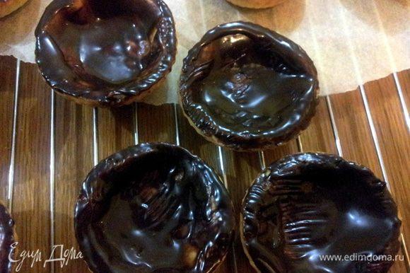 Растопить глазурь и смазать ею тарталетки внутри (для изоляции хрустящего теста от крема).