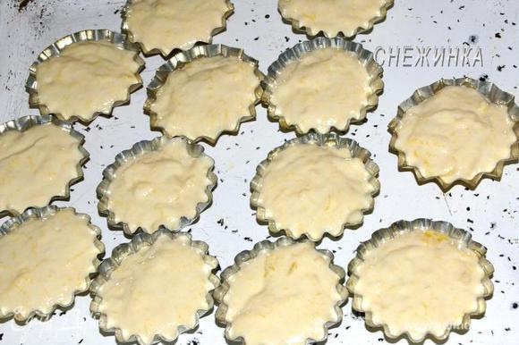 Формочки для кексов смазываем маслом. Заполняем их тестом, немного не доходя до краёв.