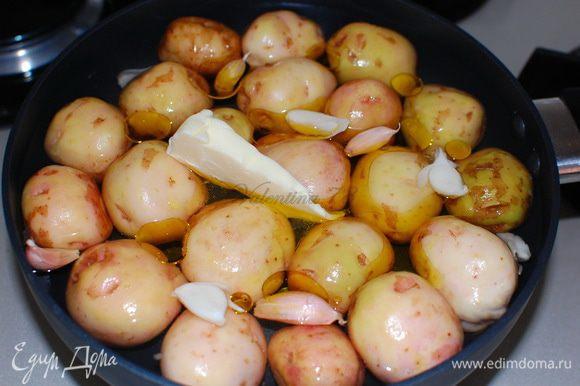 Хорошо вымыла картофель, сложила в сковороду (тефлоновая или чугунная),не плотно. Залила бульон на 3/4 картофеля,добавила оливковое масло,сливочное масло,чеснок и соль.