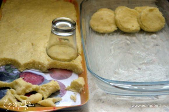 Когда кашка остынет, взять формочку или стаканчик 5 см в диаметре, и нарезать кашку на кружочки.